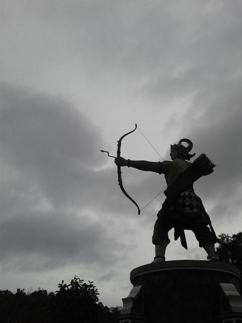 Patung Arjuna Ver. 2, karena patung sebelumnya sudah dirobohkan oleh masyarakat. Situ Wanayasa, Purwakarta.
