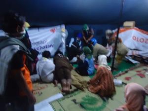 Tim RZ dan Medis dari PMI, membantu pengunggsi yang membutuhkan layanan medis. -dini hari-