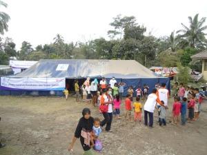 Adik-adik yang diliburkan sekolahnya, bisa bermain dengan kakak-kakak relawan.