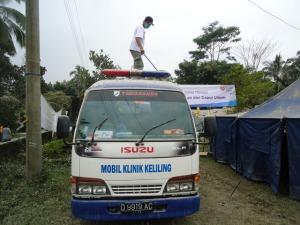 Setelah diguyur hujan abu, paginya bersih-bersih ambulance