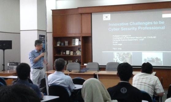 Prof. Kim dari Korea, menjelaskan tentang keamanan informasi