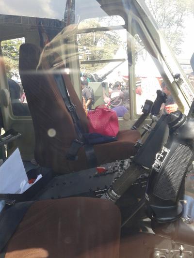 Tergeletak tas berwana pink di bangku pilot heli TNI. Hemm... Modus