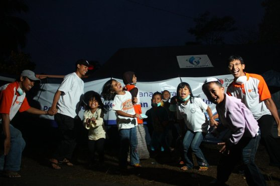Relawan Rumah Zakat sedang bermain dengan anak-anak sekitar Merapi.